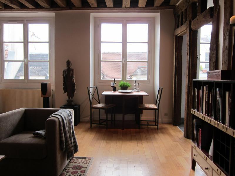 Living room w dining table - Unique Paris apt in the heart of  Le Marais - Paris - rentals