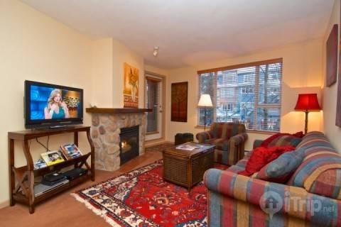 Bright modern living room with quality furnishings - Beautiful 1 bed/1 bath condo in Heart of Whistler Village. Deer Lodge #263 - Whistler - rentals