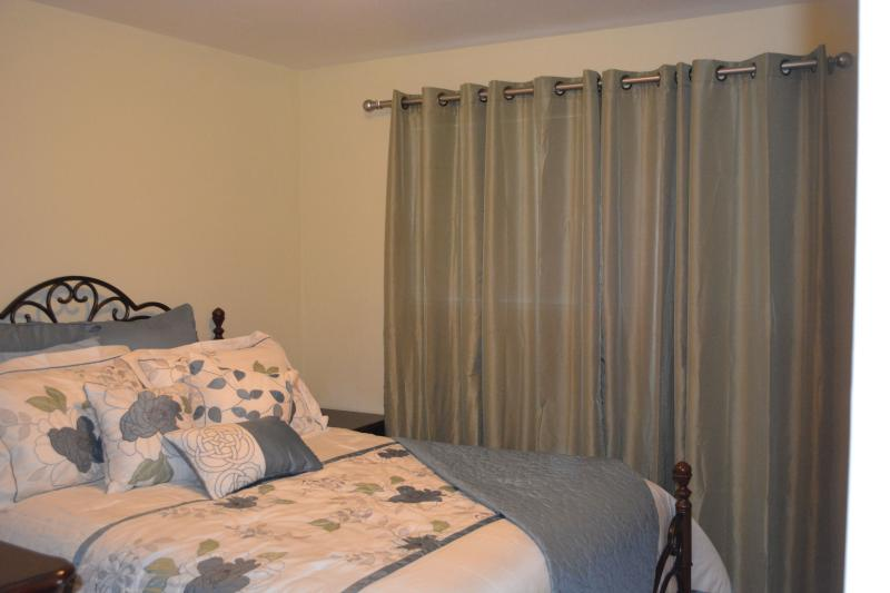 Queen Bedroom - Hillsboro High Tech Charmer - Hillsboro - rentals