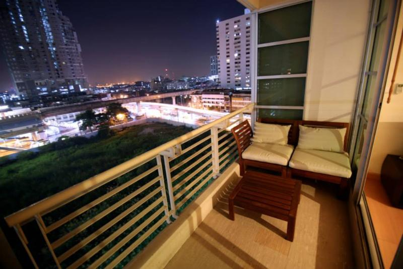 Balcony with Bangkok city view - 2 Bedroom City Center+BTS+Airport Link+shopping - Bangkok - rentals