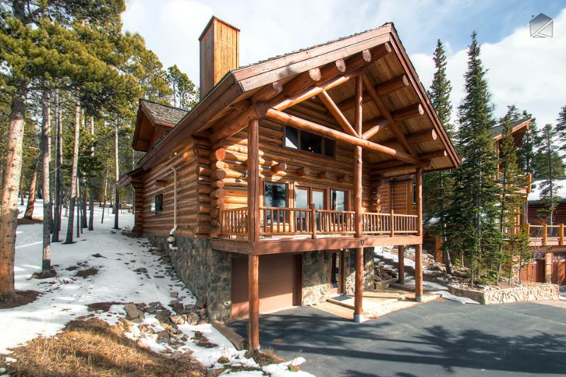 You'll feel like a real mountaineer in this upscale log home. - Modern log home with beautiful mountain views, free shuttle, and campfire  (mountain views, 150 yds to free shuttle) - Mountain Echo Lodge - Breckenridge - rentals