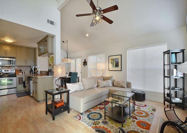 Living - Family Townhome Near Austin's Best Offerings – Close to Mueller & Downtown - Austin - rentals