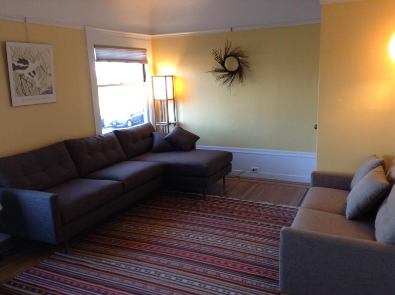 Living room is cozy and comfortable - Gorgeous Marina flat w/ pkg, 2 blocks from SF Bay - San Francisco - rentals