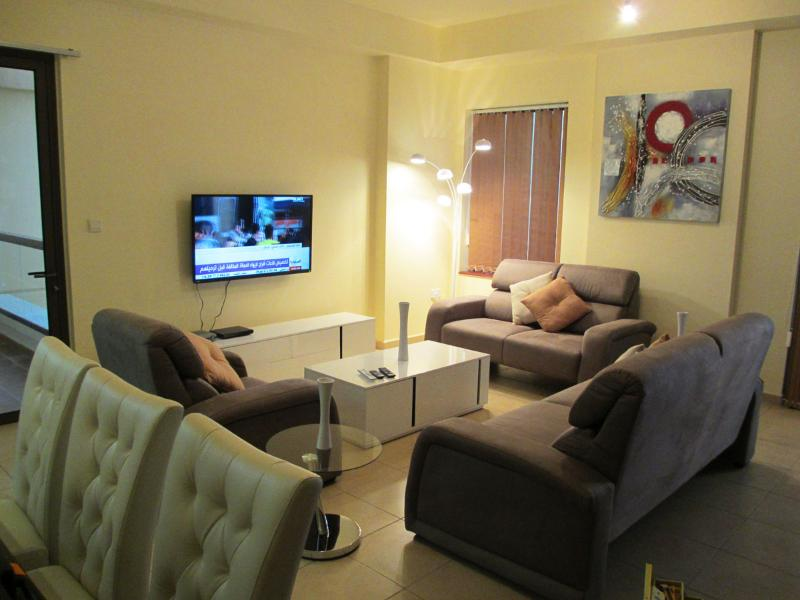 Living Room - Luxurious 1 Bed Apt With Sea View - Dubai - rentals