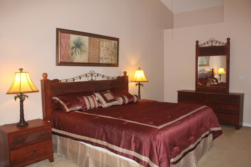 Upstair master en-suite with a king bed - Gated, Lakefront, 4 Bedroom Home, 5miles to Disney - Kissimmee - rentals