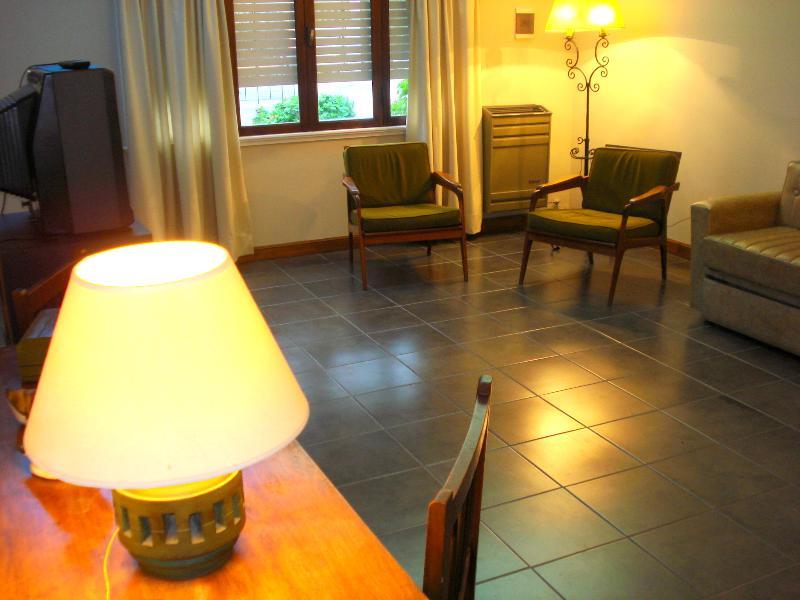 amplio living comedor,con ventana a Avda M. de Andrea - alquilo temporario,chalet del calvario,Tandil - Tandil - rentals