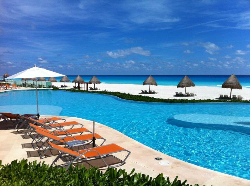 Inifinity pool facing the ocean - 2-bedroom - Best location Hotel zone - Cancun - rentals