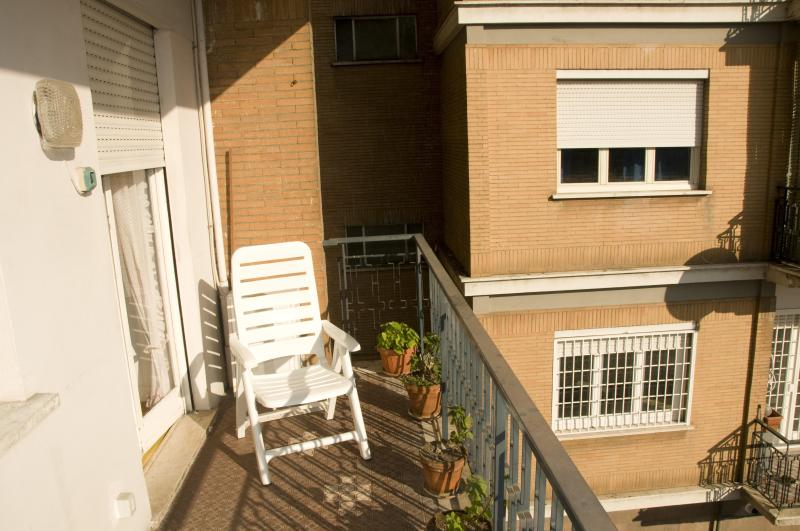 Near Trastevere/historical center with balcony - Image 1 - Rome - rentals