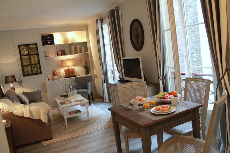 Eiffel Chic - Bright Eiffel Tower 1 bedroom apartment - Image 1 - Paris - rentals