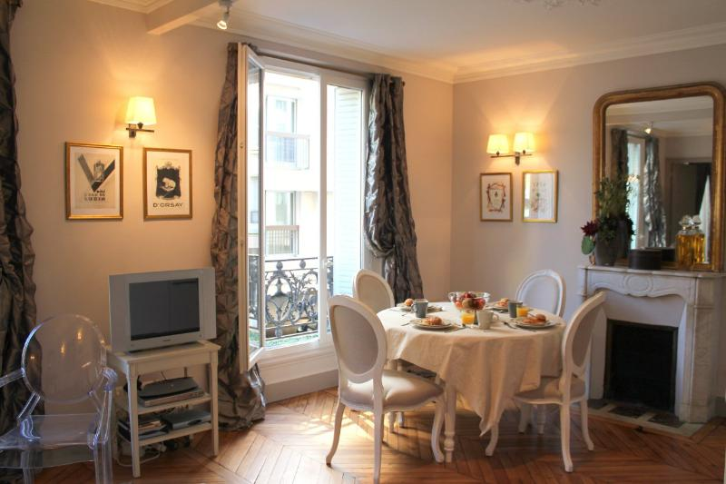 Elegant Eiffel Tower 1 bedroom apartment - Image 1 - Paris - rentals