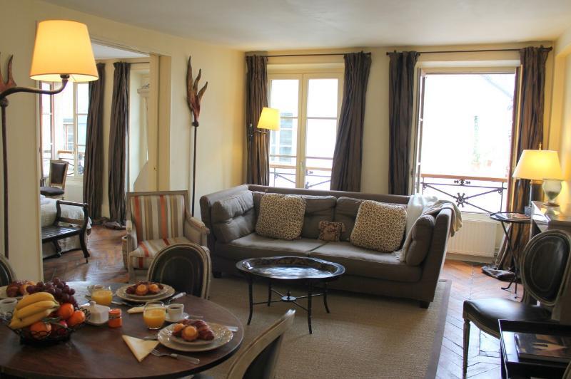 Marais Elegance - Chic Hotel de Ville 2 bedroom apartment - Image 1 - Paris - rentals