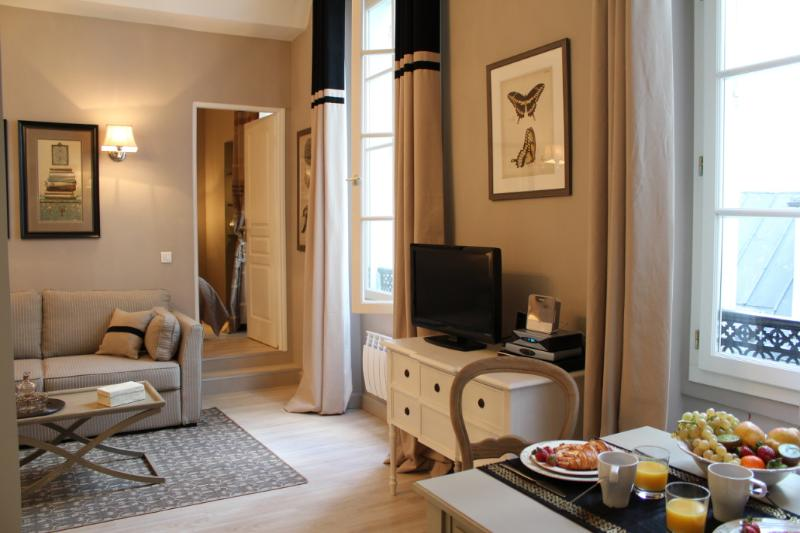 Marais Collection - Elegant Hotel de Ville 1 bedroom apartment - Image 1 - Paris - rentals