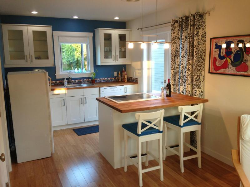 Fully furnished kitchen - Downtown Coupeville Guest Cottage - FrontHaven - Coupeville - rentals