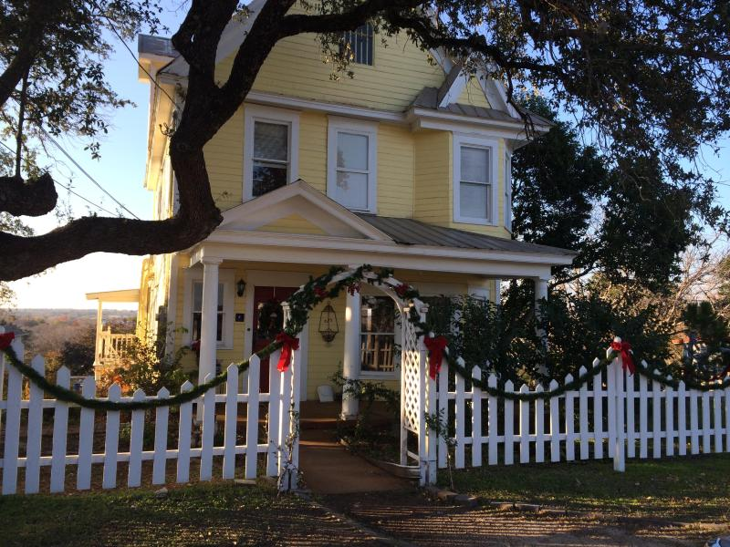 Front Exterior shot - CHARMING RESTORED VICTORIAN HOME 5 BLKS FROM LAKE - Marble Falls - rentals
