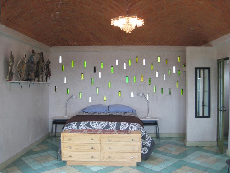 A bed under a brick dome and glass bottle wall of light - The Golden Bee : 3rd floor STUDIO - PANOROMANTICA - Atotonilco - rentals