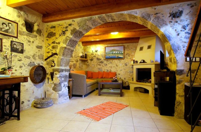 A traditional and historical living room. - AFRODITI Cretan house - Plakias - rentals