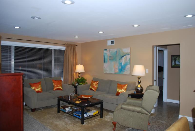 Living Room - Spacious 2 Bd 2 Bth with pking walk to Mardi Gras - New Orleans - rentals