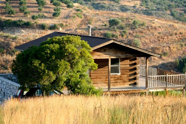 The hand build Log Cabin and the serene  hills around it - ROMANTIC,  ELEGANT AND HAND MADE LOG CABIN - Koroni - rentals