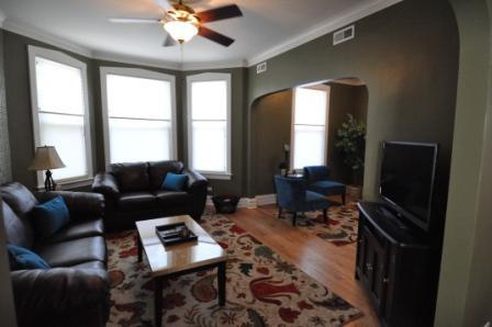 View of Living Room/Den - Roscoe Village- Only steps to cute shops & dining! - Chicago - rentals