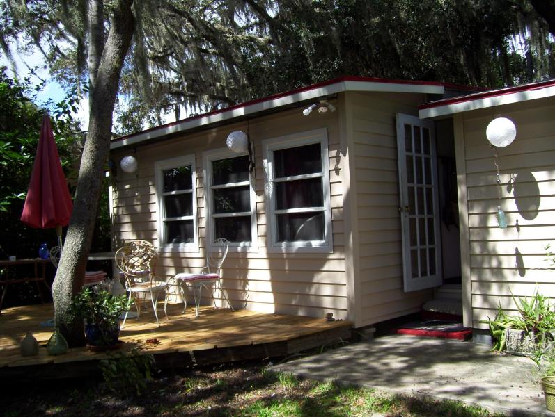 Lakeside view of cottage - Lake cottage Sebring Florida - Sebring - rentals