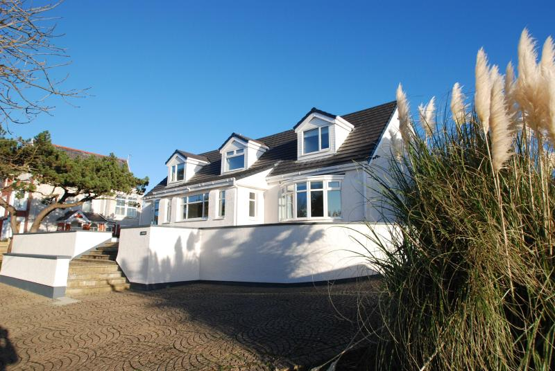 J Walk, A luxury house in the middle of a great seaside town - Image 1 - Rhosneigr - rentals