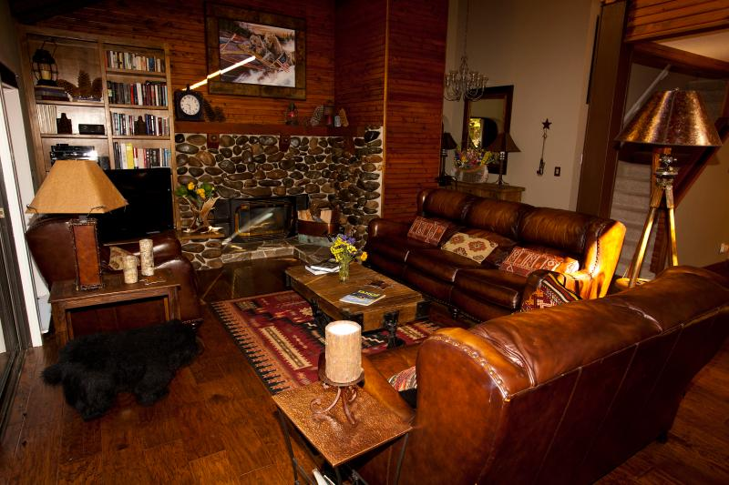 Living room, seating for 7 - Decorator furnishings, huge deck, hot tub, large yard, minutes to private pier and beach, near Tahoe City - Carnelian Bay - rentals