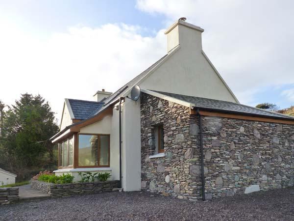 GALLIVANS, luxury detached cottage, en-suites, open fire, sea views, beach close by, near Caherdaniel, Ref 19663 Ref 19663 - Image 1 - Caherdaniel - rentals