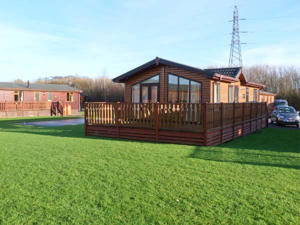 MANOR LODGE, on-site facilities including pool, dog-friendly, en-suite, detached lodge in South Lakeland Leisure Village, Ref. 903531 - Image 1 - Carnforth - rentals