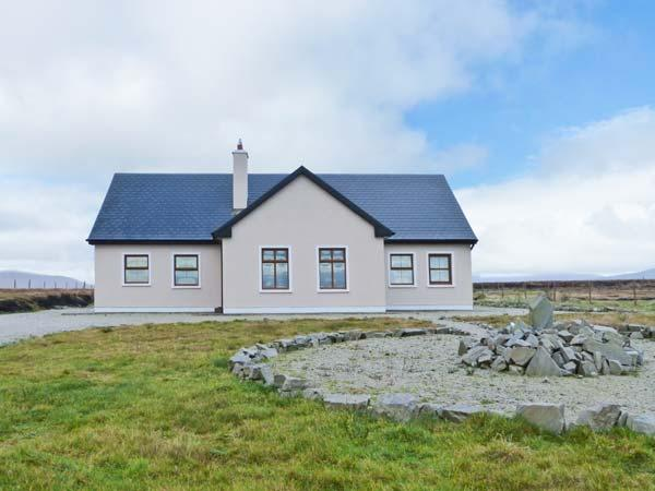 TULLAGHAN VIEW, detached cottage, en-suites, open fire and multi-fuel stove, lovely views, near Ballycroy, Ref 903825 - Image 1 - Doohooma - rentals