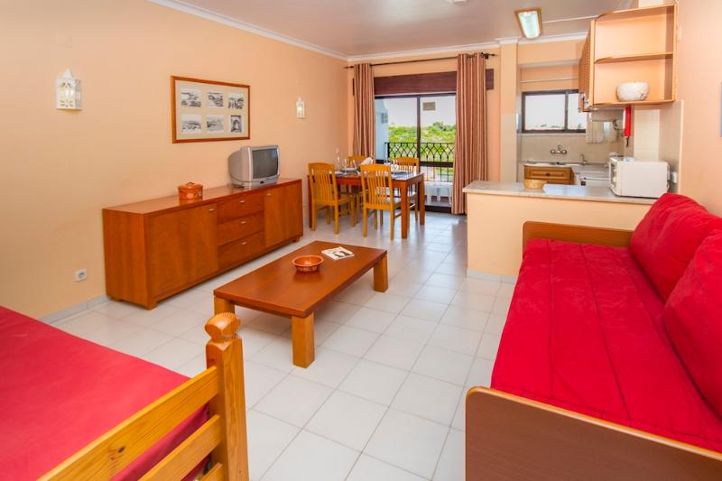 1 BEDROOM APARTMENT FOR 2 ONLY 1.5 KM FROM THE BEACH IN A RESORT WITH 5 SWIMMING POOLS, MINI MARKET AND SMALL SPA - ALBUFEIRA - REF. CHOR111546 - Image 1 - Albufeira - rentals