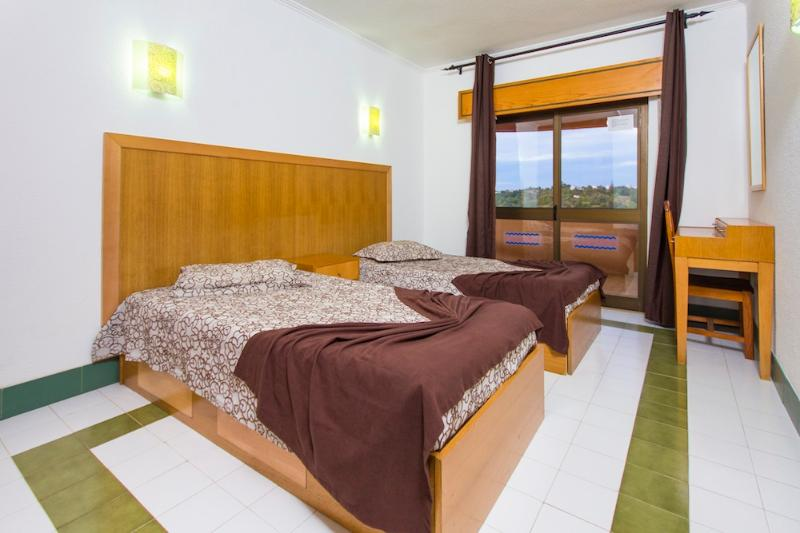 2 BEDROOM APARTMENT 1.5 KM FROM THE BEACH IN A RESORT WITH SWIMMING POOLS, MINI MARKET AND SMALL SPA - Image 1 - Albufeira - rentals