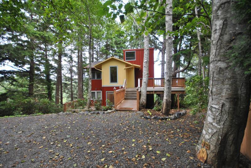 An HGTV Ocean View Tree House w/30-day minimum - Image 1 - Cannon Beach - rentals