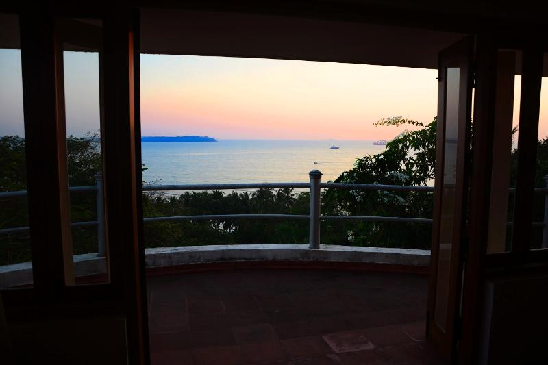 Twilight View - Villa Sea Breeze in Candolim - panoramic Sea View - Sinquerim - rentals