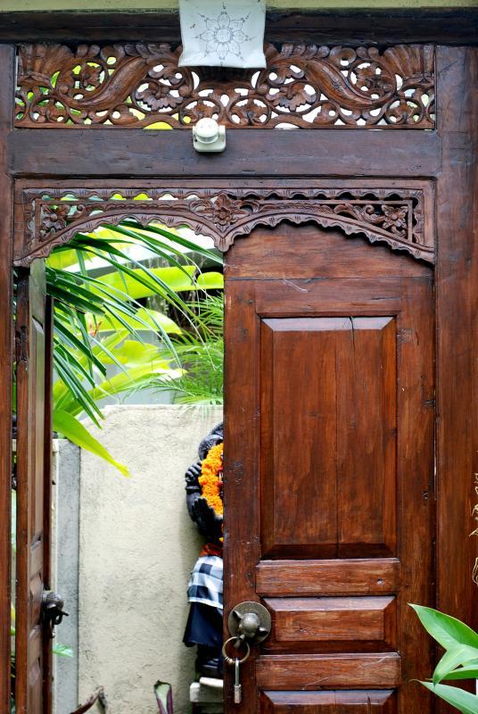 Wlcome! Here is the front door... Beautiful woodwork. - Yogi's Gem! Modern, POOL, Wifi, AC - Ubud - rentals