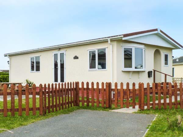 PEBBLE LODGE, detached lodge on a holiday park, well-equipped, garden, on-site facilities, near Padstow, Ref 904239 - Image 1 - Padstow - rentals