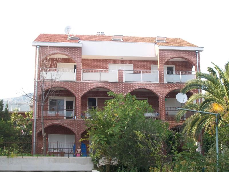 Spacious apartment with sea view - Image 1 - Kastel Stari - rentals