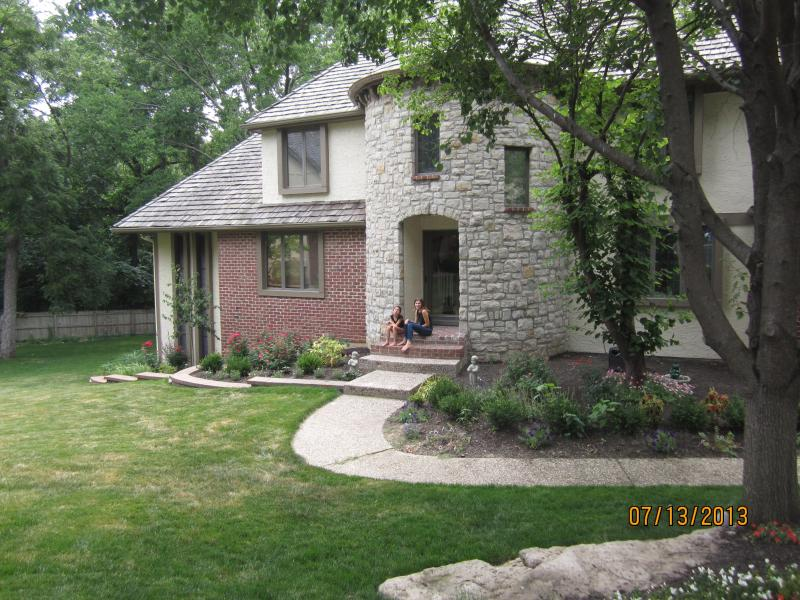 Front of Estate - Beautiful home in a gated community in Lenexa KS - Lenexa - rentals