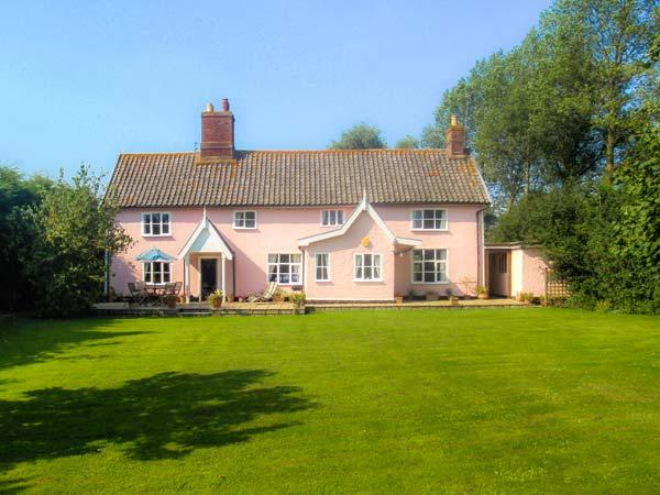 ST MICHAEL'S HOUSE, wooden beams, woodburning stove, in rural location in Bungay Ref 24120 - Image 1 - Bungay - rentals