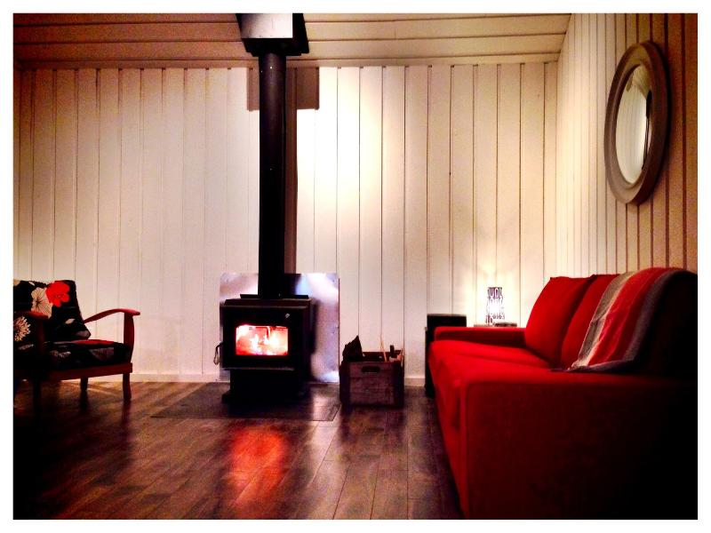 The living room with the fire place - Le chalet des deux soeur - Two sisters' cottage - Deschambault - rentals