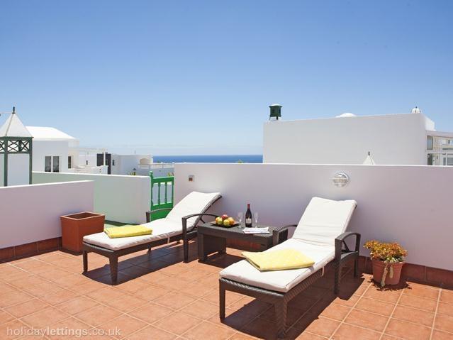 Sun loungers on roof terrace - Puerto Calero bungalow with roof top terrace - Puerto Calero - rentals