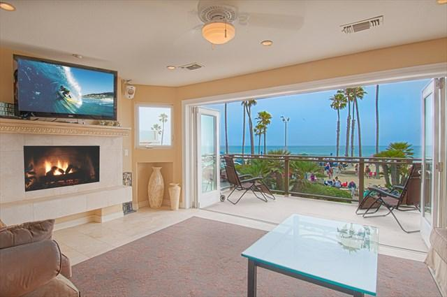 Family room area showing doors fully opened to deck with views Newport Pier and ocean - 2312 W. Oceanfront- 6 Bedrooms 4 Baths - Newport Beach - rentals