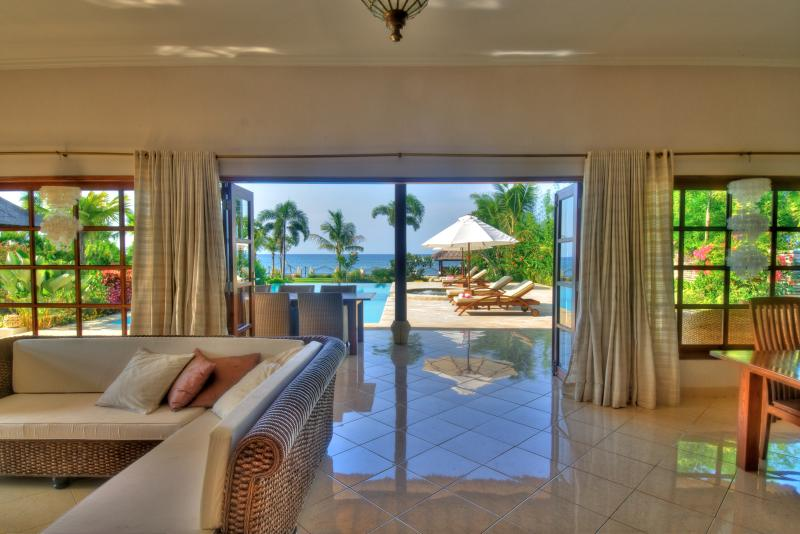 Livingroom with covered terrace overlooking the ocean - A dream come true at villa Nirwana - Lovina - rentals