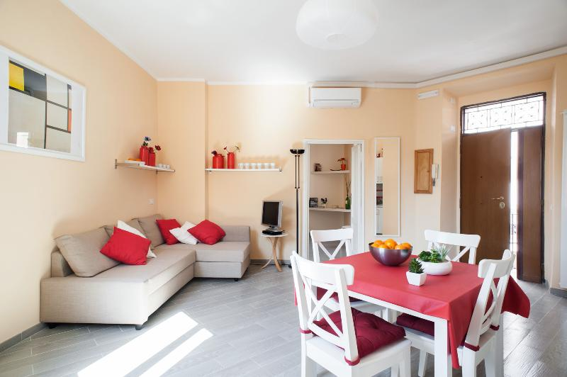 Wonderful in historical centre,Coliseum Termini!balcony- handly subway & bus-6 pp - Image 1 - Rome - rentals