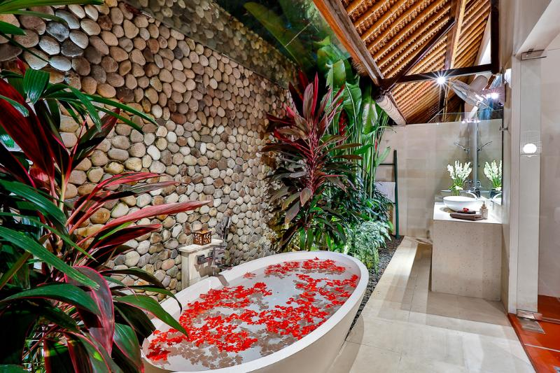 Luxurious deep oval bathtub with separate outdoor shower - bedroom 1 - 2 BRM TROPICAL BALI VILLA  FAB QUIET LOCATION - Seminyak - rentals