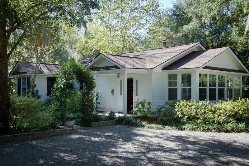 The Bungalow, a charming 2 bedrm, 2 bath cottage on historic estate in S'ville nr. Charleston. - THE BUNGALOW, House on Historic Estate, Summervill - Summerville - rentals