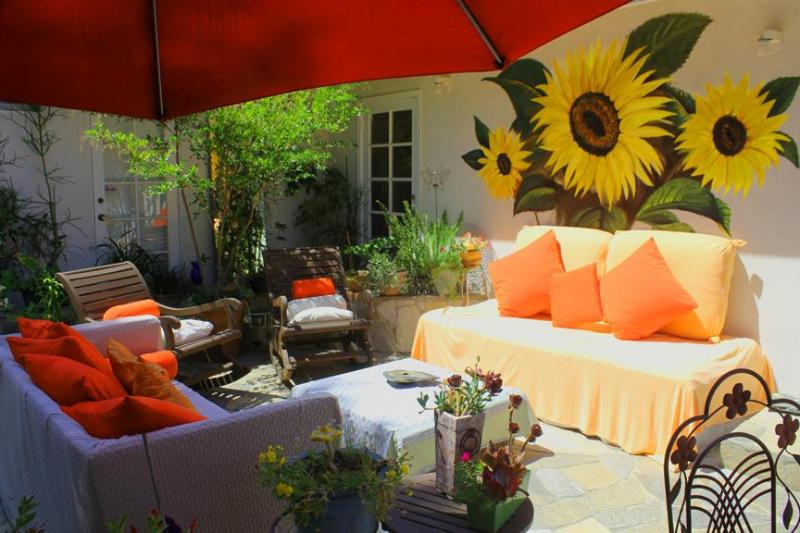 outdoor sitting - beautiful ,happy ,comfortable , central - Encino - rentals