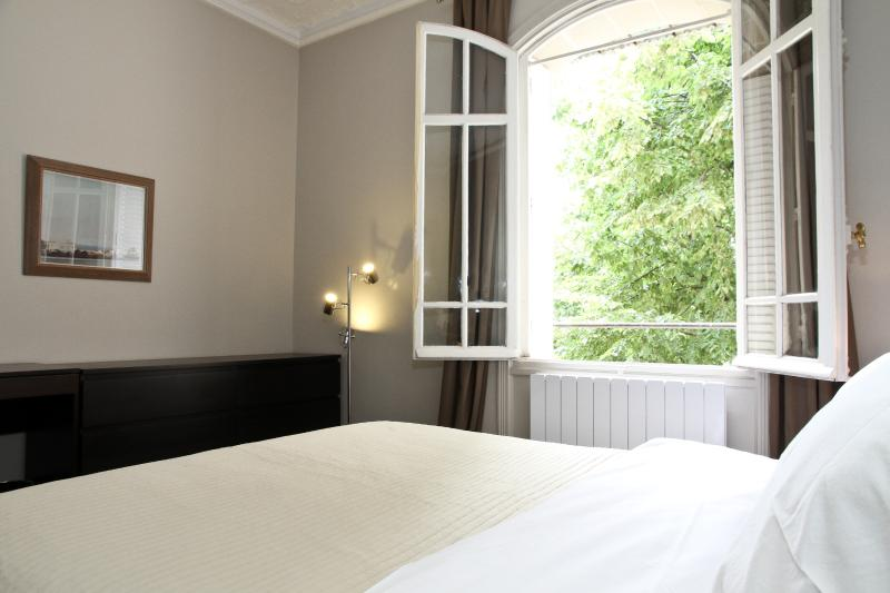 Master Bedroom With a View of the Champs de Mars Park - 38. 2 BEDROOM APT-DIRECT VIEW OF CHAMPS DE MARS - Paris - rentals