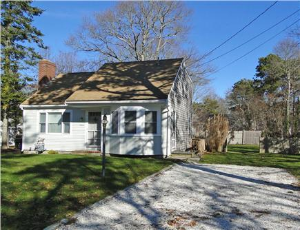 Our West Yarmouth home with shell driveway - Renovated - Fall is great - stay here for Weddings - West Yarmouth - rentals