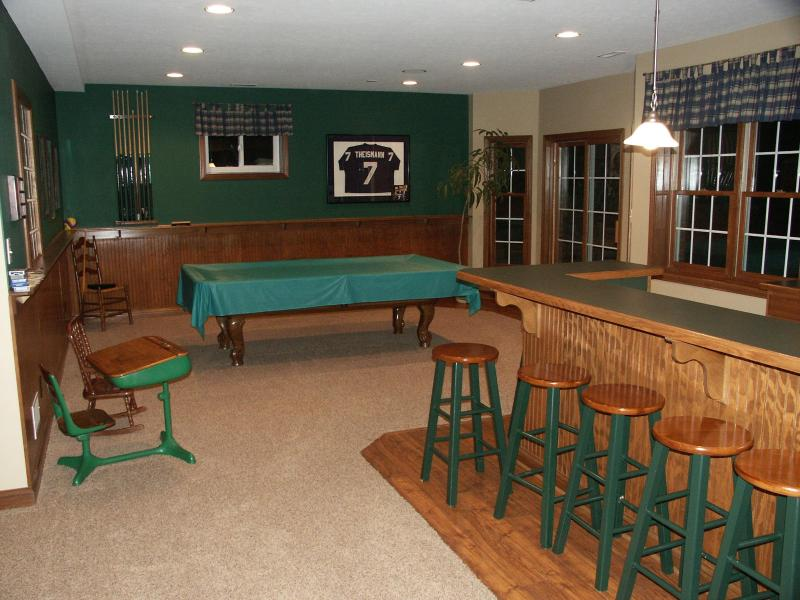 Basement with wetbar and pool table - Cheeney Creek Haven B&B in beautiful, quiiet Fishers, IN (Indipls, IN suburb) - Fishers - rentals