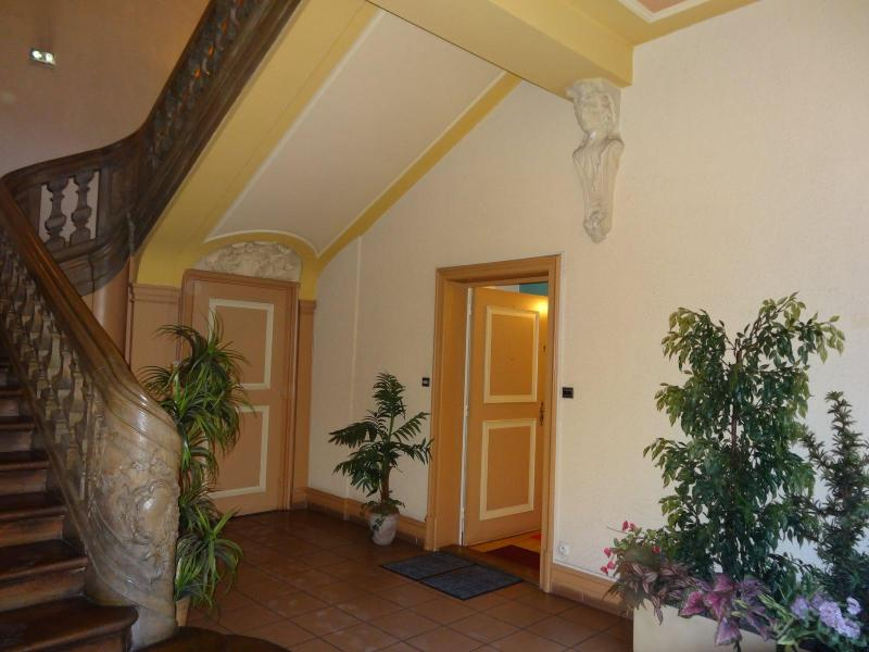 Building enterance Hall with wooden carved staircase - Beautiful / Clean 72m² 2BR-FLAT in Historical Buildng & Garden View, Parking - Colmar - rentals